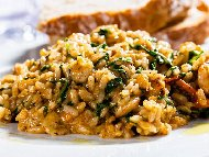 Варен ориз с бекон, спанак, доматено пюре и подправки